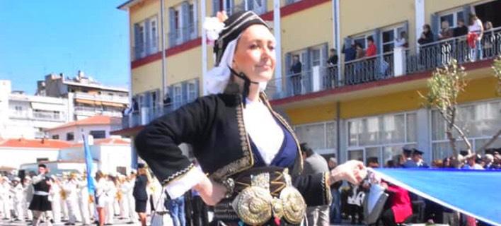 Η Φωτεινή Αραμπατζή με παραδοσιακή φορεσιά στην παρέλαση/ Φωτογραφία: Facebook