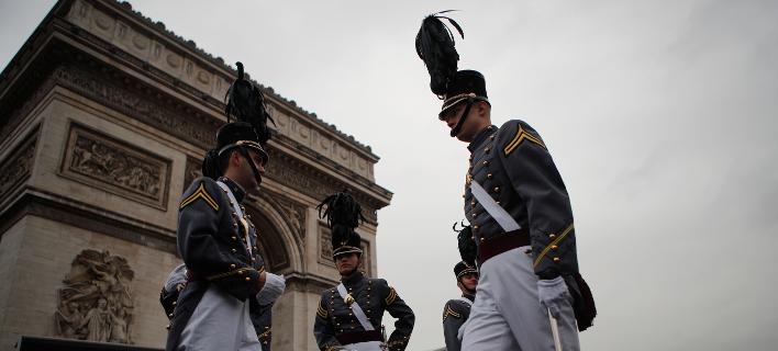 Δόκιμοι της στρατιωτικής ακαδημίας της Νέας Υόρκης στην Αψίδα του Θριάμβου στο Παρίσι (Φωτογραφία: ΑΡ/Francois Mori)