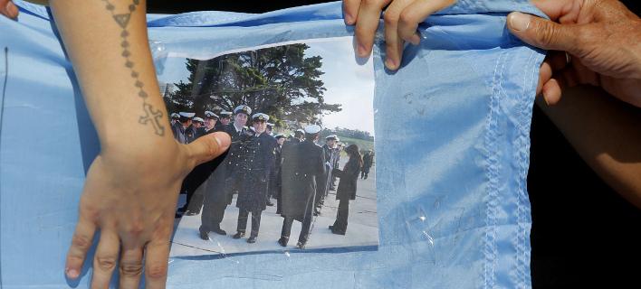 Φωτογραφία μελών του πληρώματος του υποβρυχίου στα χέρια συγγενών τους (AP/ Vicente Robles)