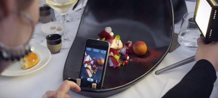 Πρώτα φωτογραφίζεις και μετά τρως- Εστιατόριο σερβίρει πιάτα με ενσωματωμένη θήκη κινητού [εικόνες]