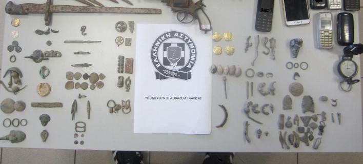 Εξαρθρώθηκε σπείρα αρχαιοκάπηλων -Είχαν επίχρυσα και ασημένια νομίσματα και αρχαία κοσμήματα [εικόνες]