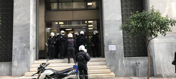 Απέκλεισαν τους διαδηλωτές κατά των πλειστηριασμών μέσα στην ΤτΕ- Παρέμβαση της αστυνομίας [εικόνες]