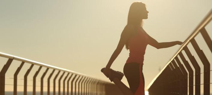 Μια γυναίκα κάνει γυμναστική, Φωτογραφία: Shutterstock