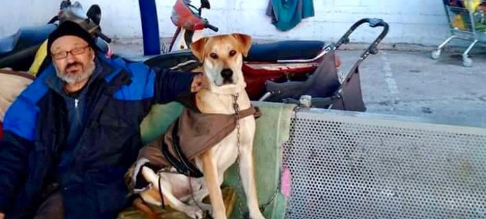 Αστεγος με τις δύο ανήλικες κόρες του και τον σκύλο τους, στα παγκάκια του λιμανιού του Πειραιά [εικόνες]