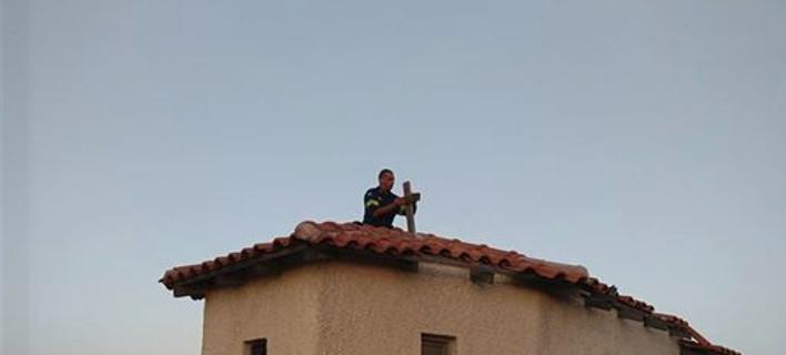 Πυροσβέστης τοποθετεί τον σταυρό σε καμένο εκκλησάκι στην Πεντέλη- Για να γαληνέψουν οι ψυχές