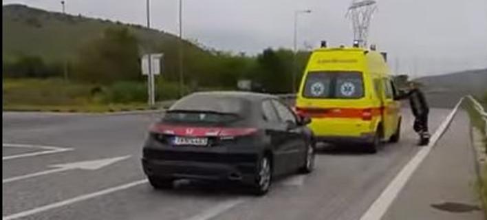 Μετανάστες έκλεισαν τον δρόμο σε ασθενοφόρο που μετέφερε ασθενή στην εθνική οδό Τρικάλων-Λάρισας