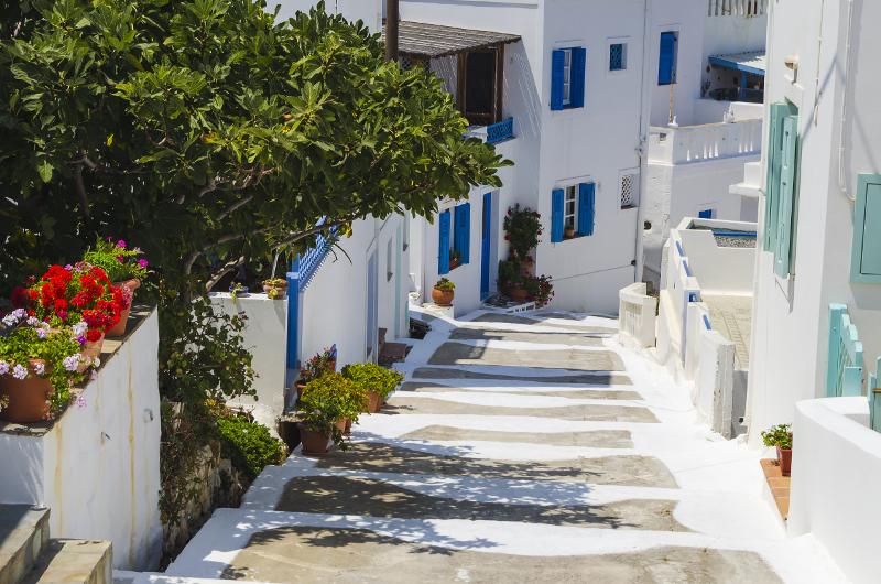 Σοκάκια με άρωμα και χρώμα Ελλάδας μαγεύουν τους τουρίστες / @Shutterstock