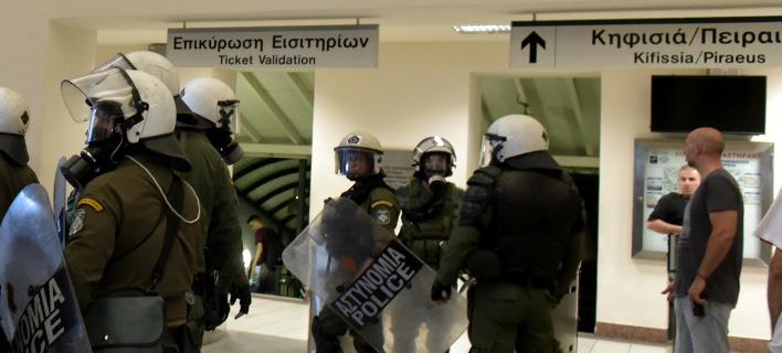 Αστυνομικοί μπαίνουν σε Μετρό και Ηλεκτρικού για να αναλάβουν τη φύλαξη των σταθμών / Φωτογραφία: EUROKINISSI