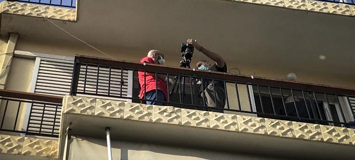 Αστυνομικοί κάνουν ερεύνα στο σπίτι στη Νίκαια / Φωτογραφία: EUROKINISSI/ΣΤΕΛΙΟΣ ΜΙΣΙΝΑΣ