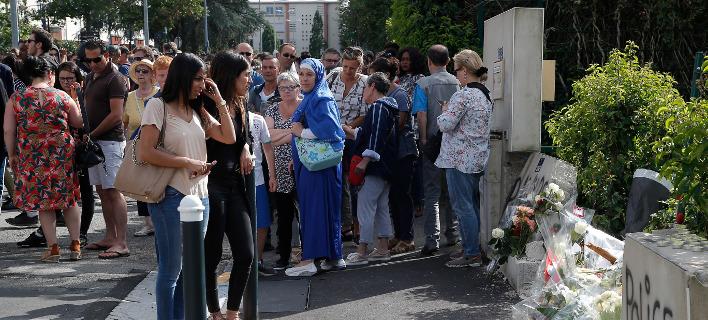 Γαλλία λουλούδια στο σημείο που δολοφονήθηκε ο 22χρονος/ Φωτογραφία AP images/ Michel Euler