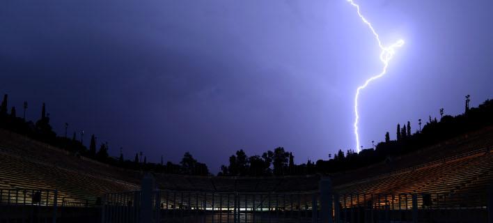 Kεραυνός το βράδυ του Σαββάτου πάνω από το Παναθηναϊκό Στάδιο/Φωτό: intimenews