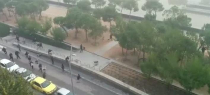 Σοκ: Η στιγμή που οι οπαδοί της Ατλέτικο ρίχνουν στο ποτάμι τον οπαδό της Ντεπορτίβο [βίντεο]