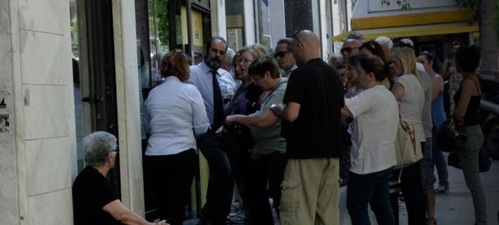 Μέχρι και Τετάρτη με υπουργική απόφαση η τραπεζική αργία – 60 ευρώ το όριο ανάληψης
