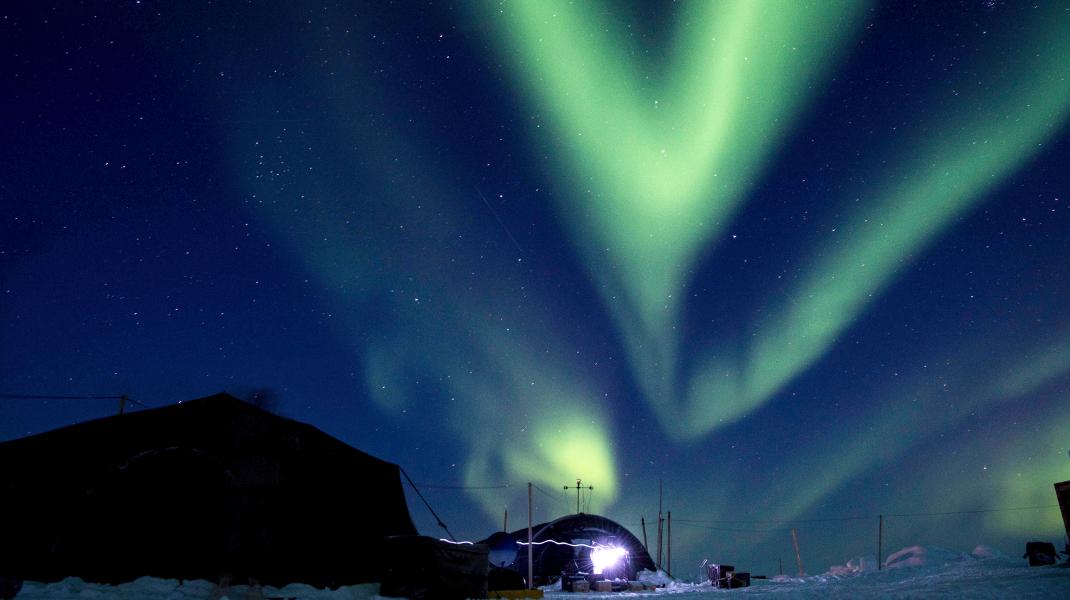 Το εντυπωσιακό βόρειο σέλας λούζει τον Αρκτικό κύκλο -Φωτογραφία: MC 2nd Class Micheal H. Lee/U.S. Navy via AP