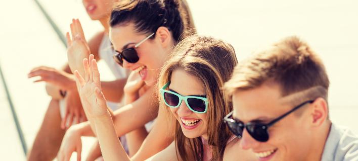 Mια παρέα νέων χαμογελά στο φακό/ Shutterstock