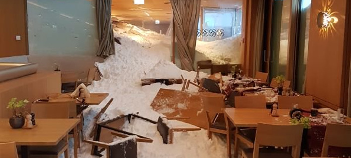 Χιονοστιβάδα στο εσωτερικό του εστιατορίου. Φωτογραφία: Twitter