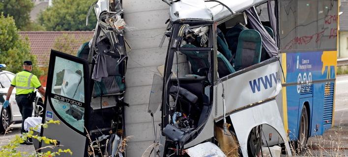 Λεωφορείο καρφώθηκε σε κολώνα γέφυρας (Φωτογραφία: ΑΠΕ/  EPA/Alberto Morante)