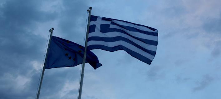 H ελληνική σημαία και η σημαία της ΕΕ/ Φωτογραφία: Eurokinissi