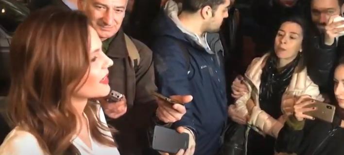 Η νεαρή γυναίκα διέκοψε τις δηλώσεις της κ. Αχτσιόγλου