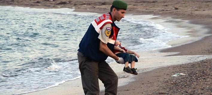 Συγκινεί ο αστυνομικός που βρήκε το νεκρό προσφυγόπουλο: «Σκέφτηκα τον δικό μου γιο» [εικόνες]