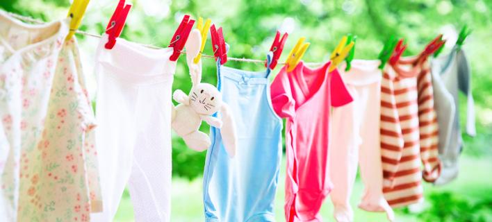 Ένα νέο κόλπο για το άπλωμα των βρεφικών ρούχων χωρίς μανταλάκια. Φωτογραφία: Shutterstock