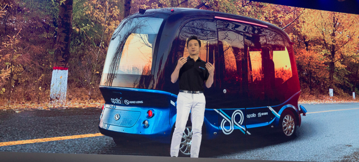 Ο CEO της Baidu, Ρόμπιν Λι, παρουσιάζει το αυτόνομο λεωφορείο Apolong (Φωτογραφία: ΑΡ)