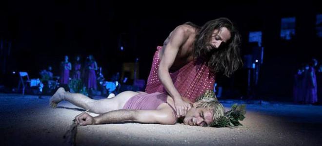 Απρόοπτο ξεκίνημα για τα Αισχύλεια - Λιποθύμησε επί σκηνής ο Πενθέας στις Βάκχες της Φριτζήλα