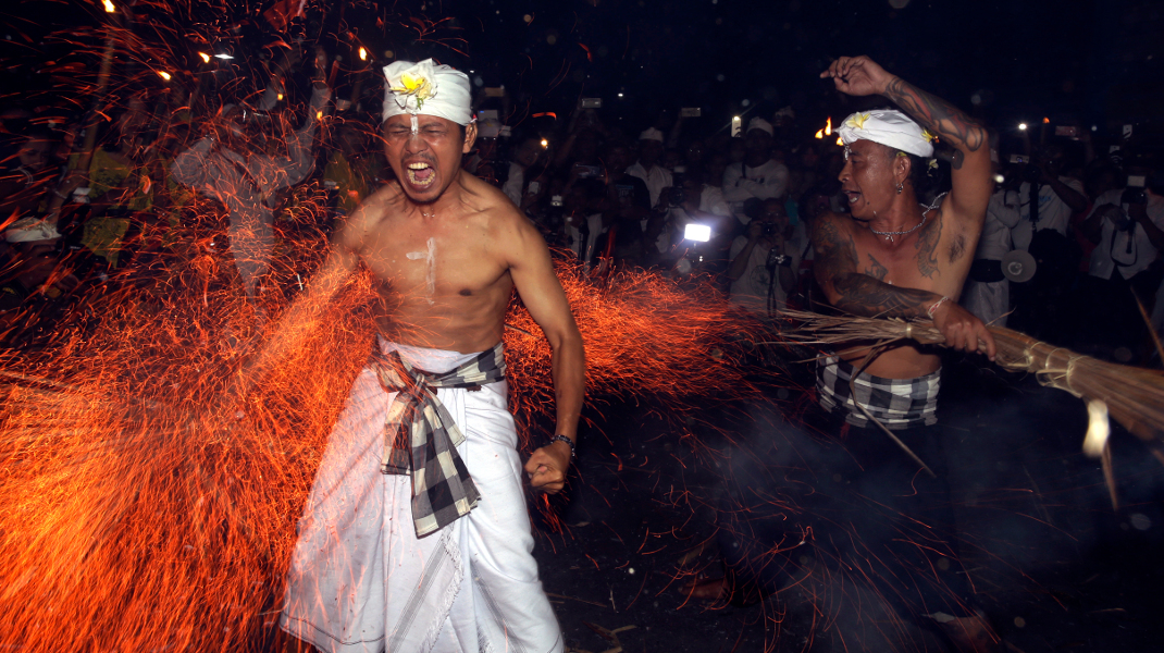 Τελετουργικό στο Μπαλί της Ινδονησίας -Χτυπήματα με φλεγόμενα φύλλα καρύδας (AP Photo/Firdia Lisnawati)