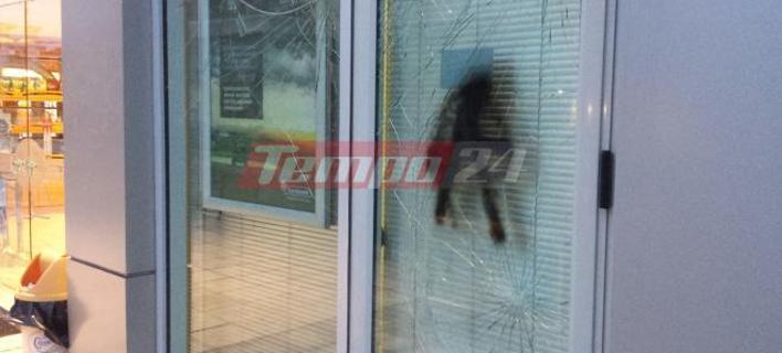 Φωτογραφία: tempo24.news- Σπασμένη τζαμαρία σε τράπεζα