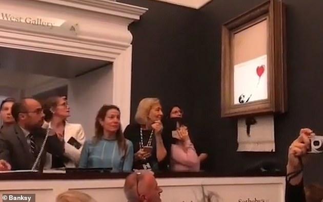 0b1c903ff523 Ενα βίντεο με την στιγμή της τοποθέτησης ενός καταστροφέα εγγράφων στον  πίνακα του Banksy δόθηκε στην