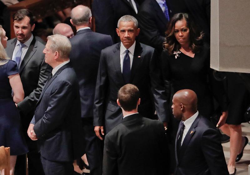 Οι Μπαράκ και Μισέλ Ομπάμα καταφθάνουν στην κηδεία του Τζον ΜακΚέιν