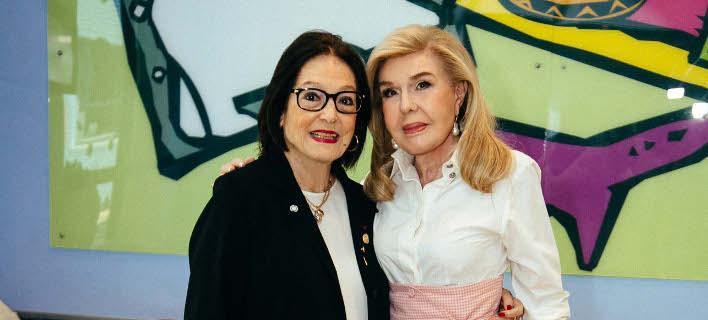 Η κυρία Μαριάννα Β. Βαρδινογιάννη με την ερμηνεύτρια Νάνα Μούσχουρη
