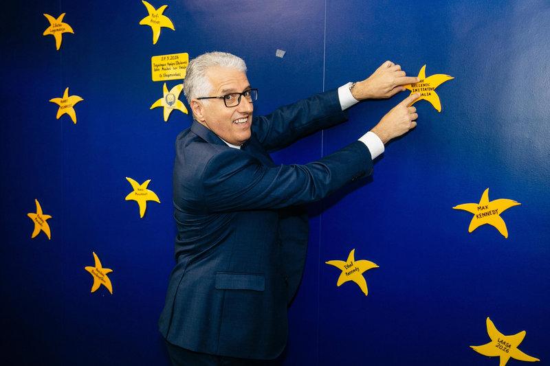 Ο Πρόεδρος του «The Hellenic Initiative» της Αυστραλίας, κύριος Nicholas Pappas, τοποθετεί το αστέρι του «The Hellenic Initiative Australia» στον Τοίχο των Αστεριών της «ΕΛΠΙΔΑΣ»