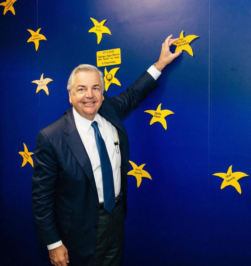 Ο Πρόεδρος του Διοικητικού Συμβουλίου του «The Hellenic Initiative», κύριος George P. Stamas, τοποθετεί το αστέρι του «The Hellenic Initiative» στον Τοίχο των Αστεριών της «ΕΛΠΙΔΑΣ»