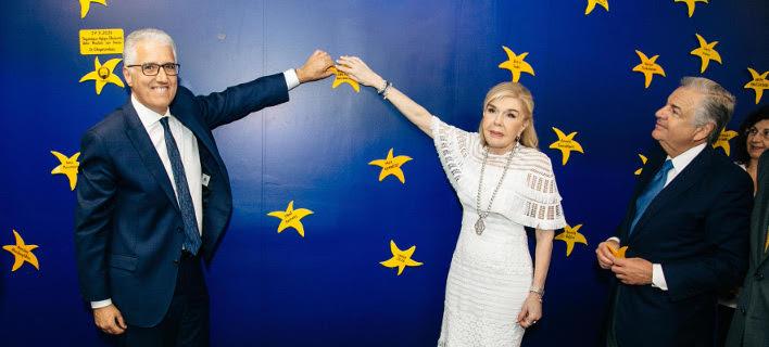 Η Μαριάννα Β. Βαρδινογιάννη με τον Πρόεδρο του «The Hellenic Initiative» της Αυστραλίας, κύριο Nicholas Pappas στον «Τοίχο των Αστεριών» της «ΕΛΠΙΔΑΣ»
