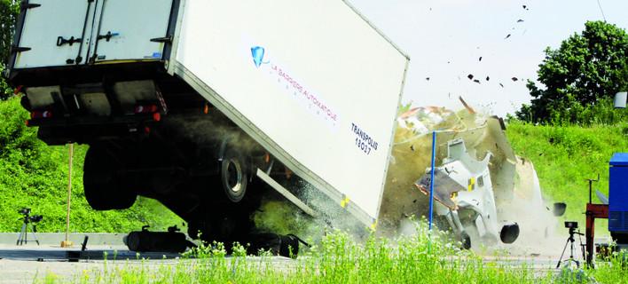 Αυτό το κολωνάκι άντεξε στην «επίθεση» φορτηγού 7,5 τόνων – Προστασία κατά των τρομοκρατικών επιθέσεων [βίντεο]