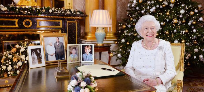 Η βασίλισσα Ελισάβετ, χαμογελαστή, μετά το χριστουγεννιάτικό της μήνυμα (Φωτογραφία: John Stillwell/Pool Photo via AP)