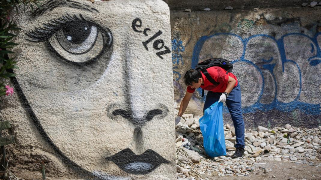 Πρόσφυγες καθαρίζουν την παραλία του Μπάτη στο Παλιό Φάληρο -Φωτογραφία: EUROKINISIS/ΣΤΕΛΙΟΣ ΜΙΣΙΝΑΣ