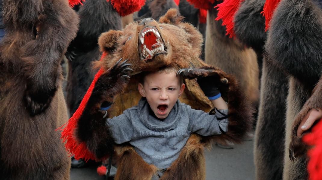 Ο ετήσιος «χορός της αρκούδας» στη Ρουμανία για να φύγουν τα κακά πνεύματα -Φωτογραφία: AP Photo/Vadim Ghirda