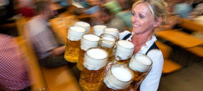 Le Monde: Γιατί η μπίρα στοιχίζει λιγότερο στην Ελλάδα απ' ό,τι στην Γερμανία