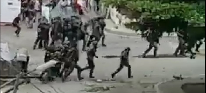 Βενεζουέλα: Αστυνομικοί τρέχουν να σωθούν από την οργή των διαδηλωτών [βίντεο]