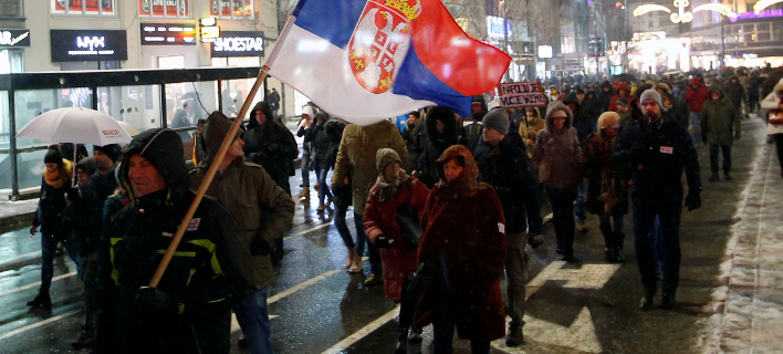To χιόνι και το τσουχετρό κρύο στο Βελιγράδι δεν πτόησαν τους διαδηλωτές (Φωτογραφία: ΑΡ/Darko Vojinovic)