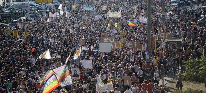 H κοινή γνώμη στη Γερμανία απέδειξε πως έχει ευαισθητοποιηθεί ιδιαίτερα κατά της ξενοφοβίας (Φωτογραφία: ΑΡ/Markus Schreiber)