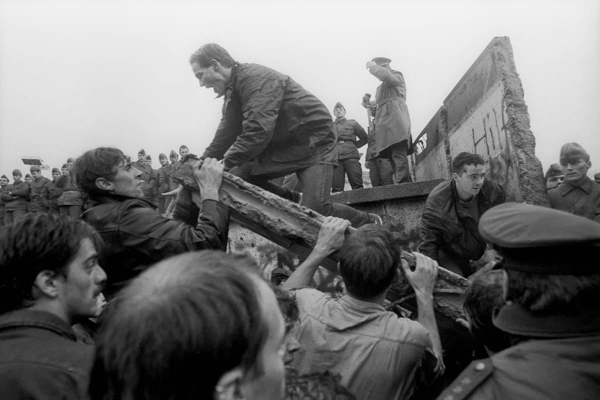 9 Νοεμβρίου 1989: Το Τείχος του Βερολίνου πέφτει, ενώνει την Ευρώπη και την αλλάζει για πάντα [εικόνες&βίντεο] | iefimerida.gr 2