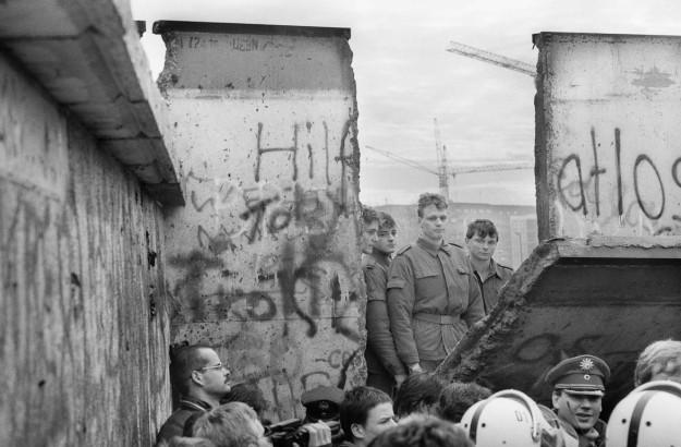 9 Νοεμβρίου 1989: Το Τείχος του Βερολίνου πέφτει, ενώνει την Ευρώπη και την αλλάζει για πάντα [εικόνες&βίντεο] | iefimerida.gr 0