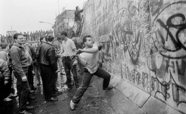 9 Νοεμβρίου 1989: Το Τείχος του Βερολίνου πέφτει, ενώνει την Ευρώπη και την αλλάζει για πάντα [εικόνες&βίντεο] | iefimerida.gr 1