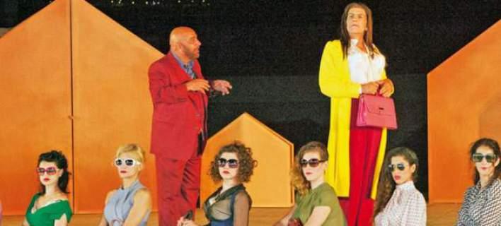 Η... «Ζωή Κωνσταντοπούλου» κλέβει την παράσταση στις «Εκκλησιάζουσες» [εικόνες]