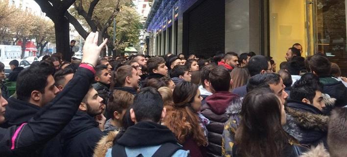 Πανικός για την Black Friday σε όλη την Ελλάδα -Ατέλειωτες ουρές στα καταστήματα [εικόνες & βίντεο]