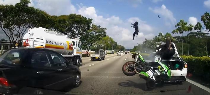 Σκληρό βίντεο: Επιβάτης μοτοσικλέτας εκτοξεύεται 20 μέτρα μακριά μετά την πρόσκρουση σε σταθμευμένο ΙΧ [βίντεο]