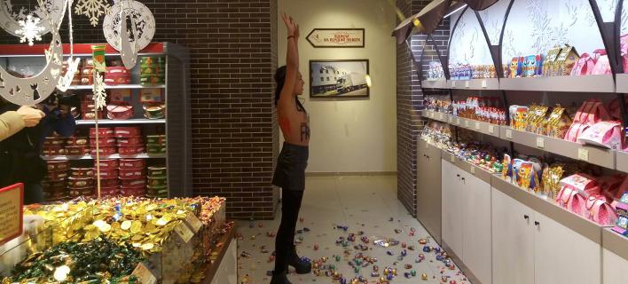 Γυμνόστηθη Femen «γκρέμισε» όλες τις τούρτες σε ζαχαροπλαστείο λόγω Black Friday [εικόνες]